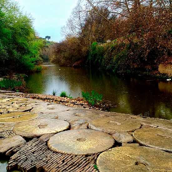 Río Guadaíra. Paso junto al molino del Algarrobo hecho con piedras de molino.